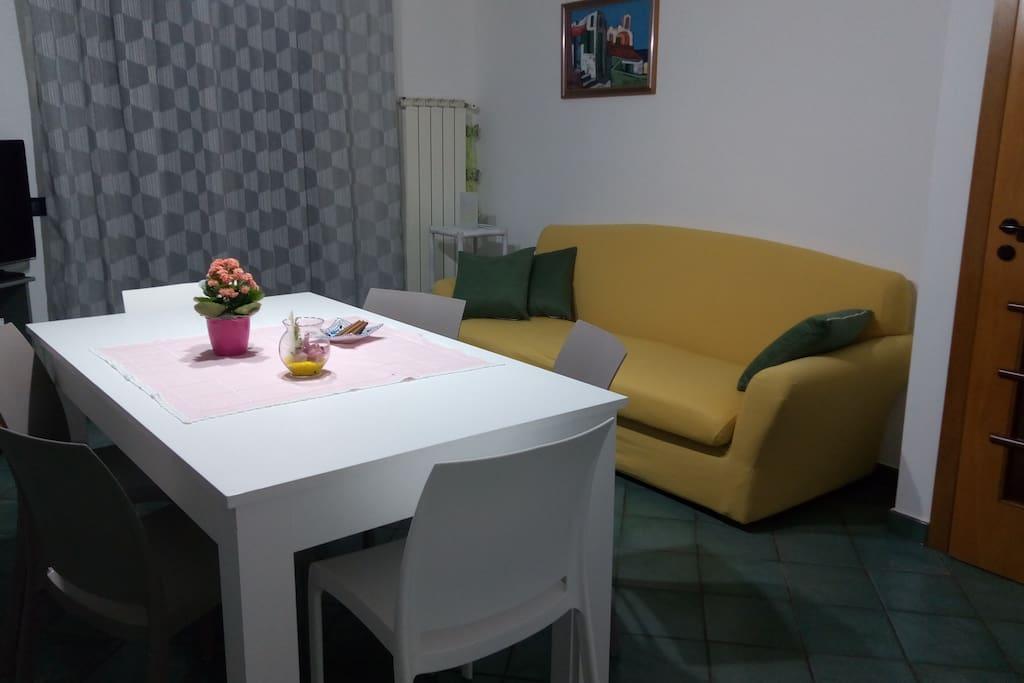 Cucina fornita di divano quatto posti e tv 38 pollici. Una comoda veranda che da sulla campagna permette anche di fare colazione all'aria aperta.