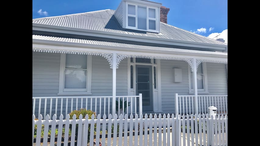 WHITE COTTAGE Luxe 4 bed house West Hobart - West Hobart - Dom