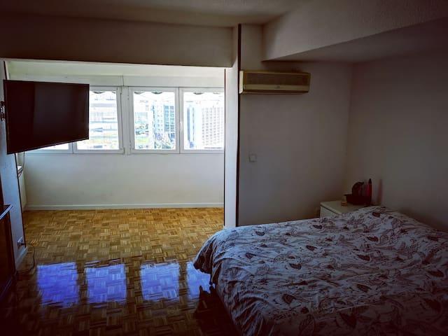 Habitación Privada Amplia cerca del Aeropuerto.