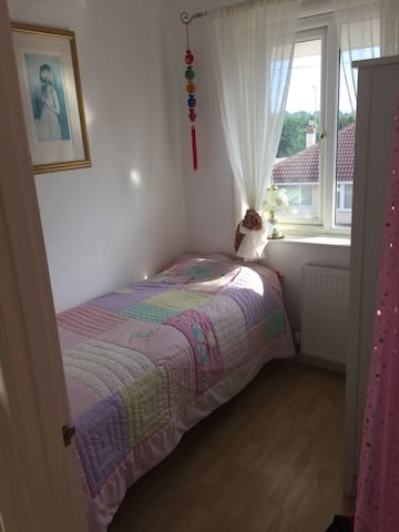 Light / fresh single bed in small cosy room
