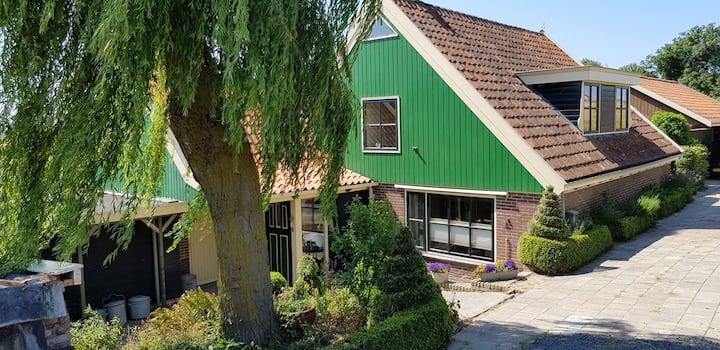 Zonnige kamer in dijkhuis, bij IJsselmeer