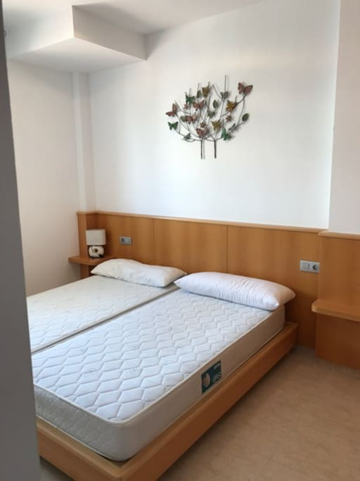 dormitorio con cama 1'80 y ventana exterior