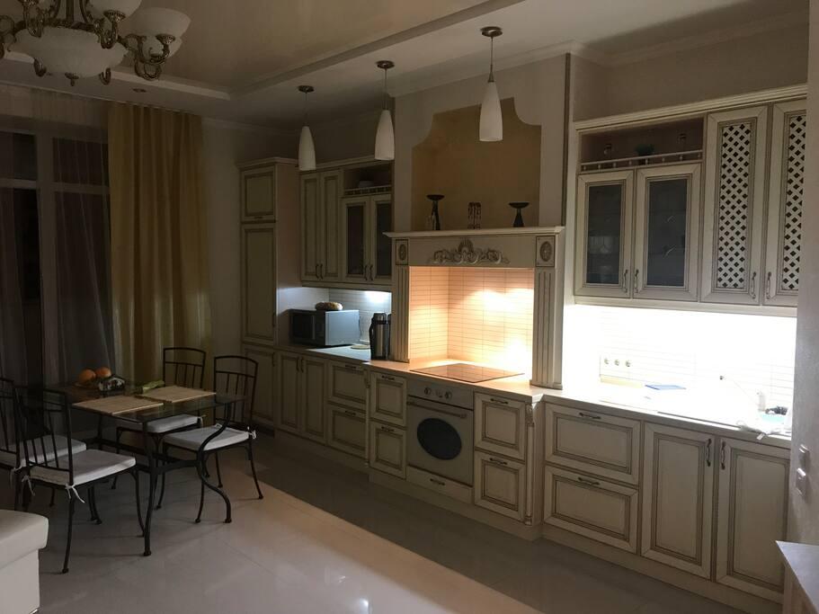 Кухня с посудомоечной машиной, встроенным холодильником и духовым шкафом, есть микроволновая печь