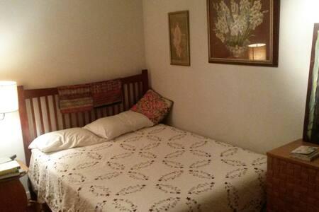 Sunny room in prime Pacific Grove location - Pacific Grove