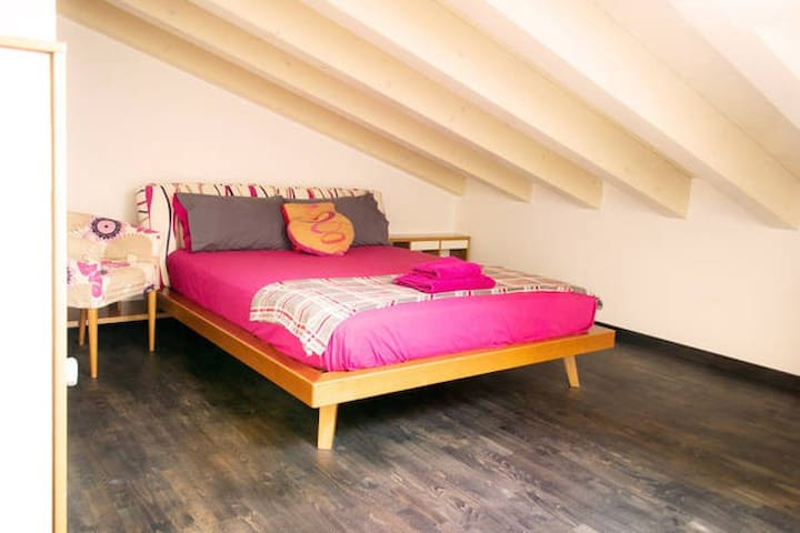 Spacious Loft Room - Zane'