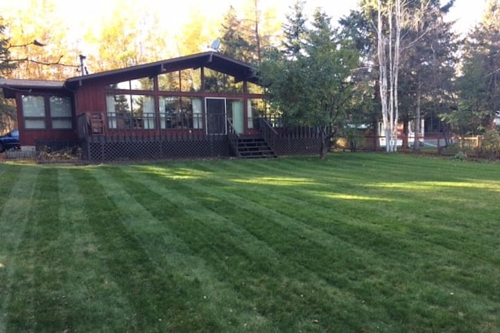 Gull Lake Corner Cottage, Sleeps 5, Pet Friendly