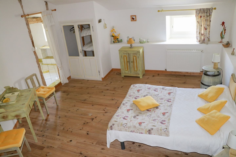 Chambre 4 : Le Poulailler - 1 lit double - Salle de bains douche WC