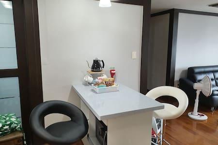 자연을품은 33평형 넓은거실과 침실3개 욕실2개의 풍광좋은  숙소입니다
