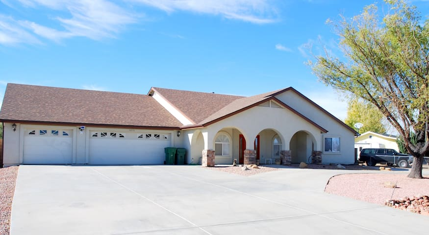 A spacious home for a luxurious & enjoyable stay. - Prescott Valley - Casa