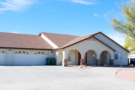 A spacious home for a luxurious & enjoyable stay. - Prescott Valley - 一軒家