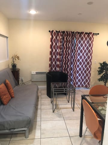 Beautiful Home in Burbank  1 Bd
