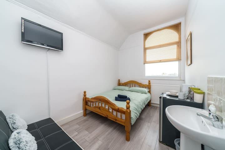 Triple Room in Victorian Guest House, London.