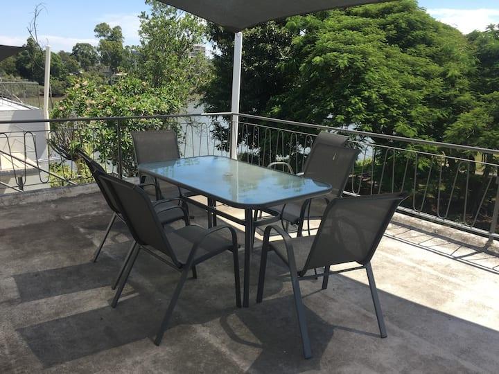 Art Deco apartment- River views- close to Qld Uni