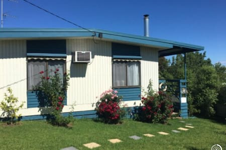 Cosy Beach House in Coronet Bay