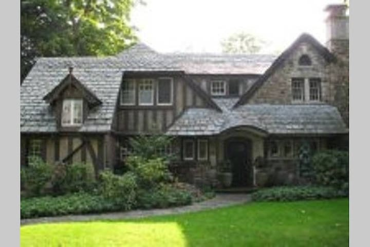 Four Bedroom, Historic Tudor in Maplewood District - โรเชสเตอร์ - บ้าน