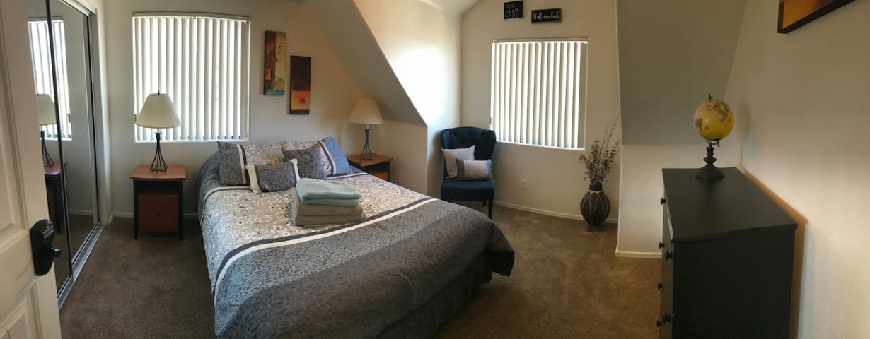 Labor Day Getaway! Private Room in Shared Home