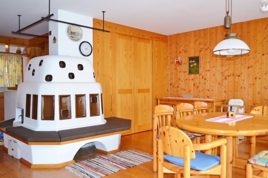 Wohnzimmer / Esstisch / Kachelofen