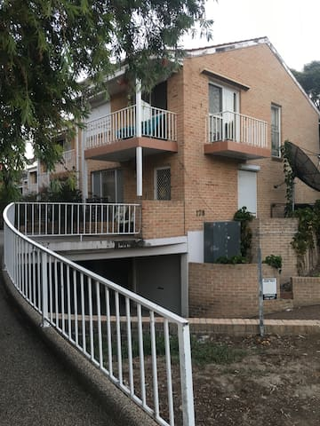 Convenient Location Near Square - Bankstown - Apartment