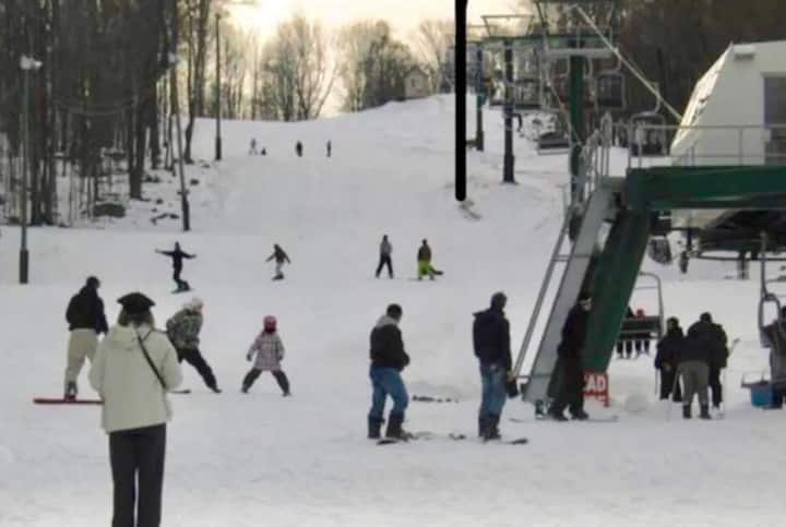 Cozy Pocono Chalet, snow ski, tube, skate, enjoy!