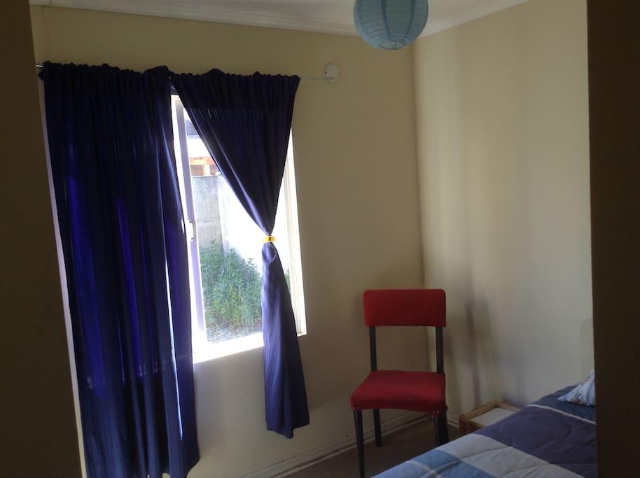 Habitación equipada con cama plaza y media.