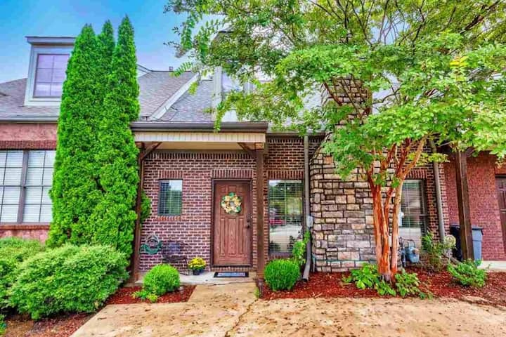 4 Bedroom Lovely Townhome Close to Golf & Shopping