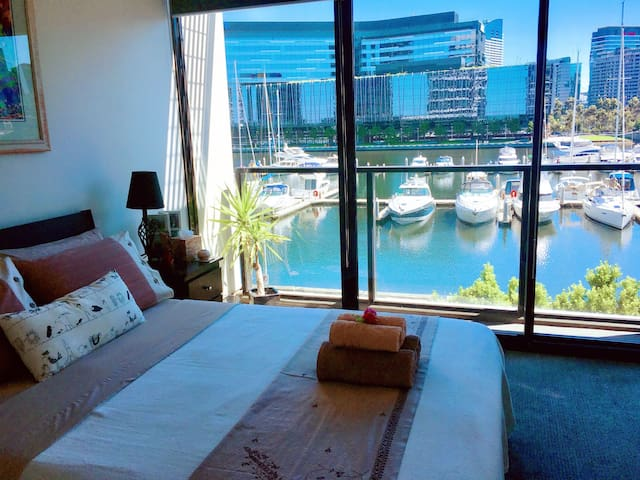 Deluxe Marina View Stay/Airport pick up available - Docklands - Apartment