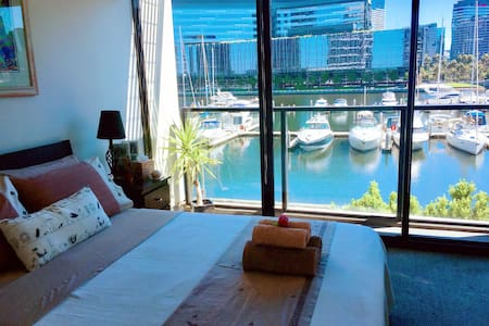 Deluxe Marina View Stay/Airport pick up available - Docklands