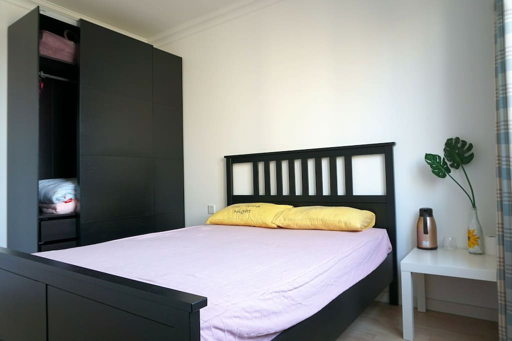 宜家的床和衣柜,卧室以简洁为主。