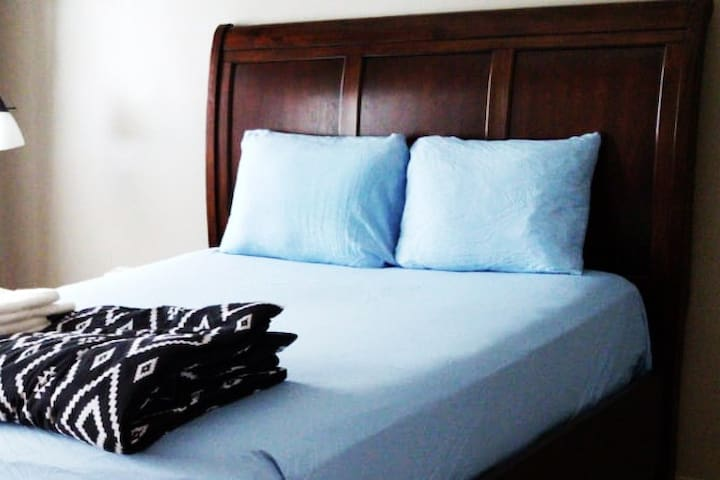 Convienient  Room close to all University & DT 1