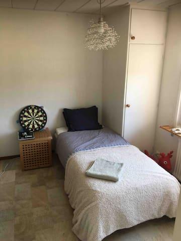 Pojkrum med 90 säng.