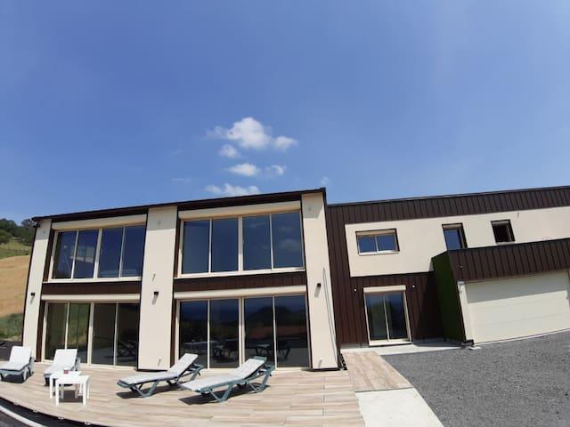 5 Chambres privatives dans maison contemporaine.