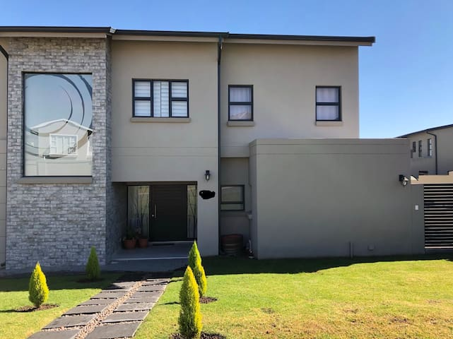 Sunny private room in secure estate in Fourways