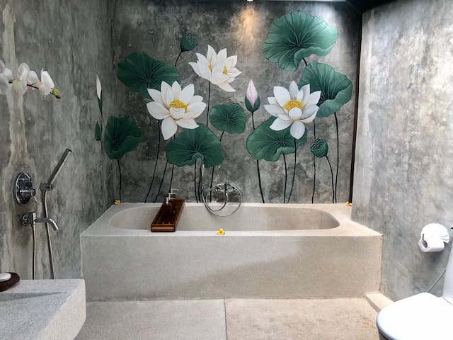 Large bathtub with ornament of mural