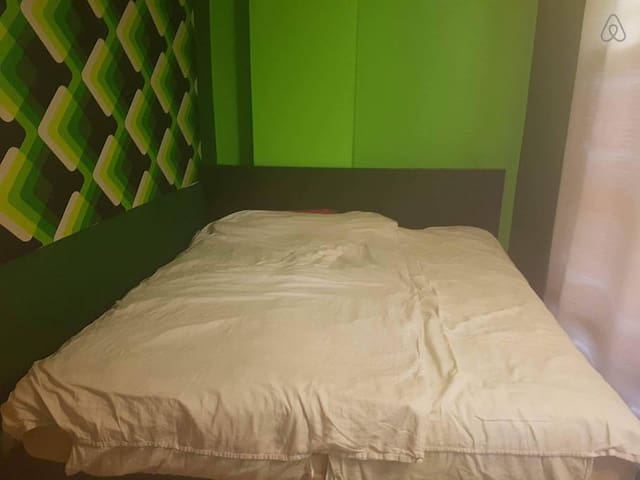 The kingsize bed in the green room