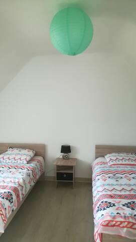 Chambre avec dressing et 2 lits 90x190cm