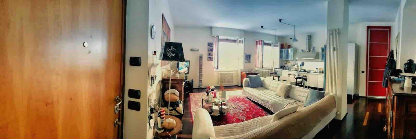 Stanza privata in ampio appartamento moderno