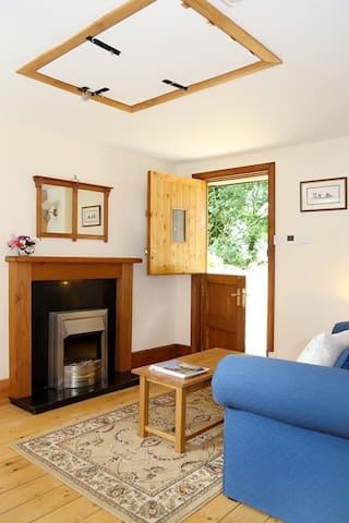 Pheasant Lodge Sleeps 2, is the perfect couples hideaway, surrounded by rolling fields, Ideal for walkers, yards away from the picturesque North Downs Way .
