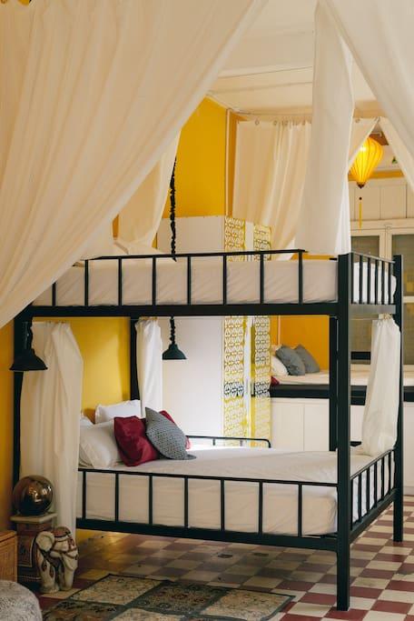 02 queen-size bed