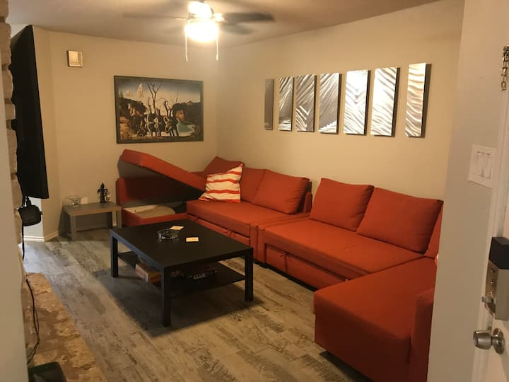 FIRST FLOOR 2/2 w/ GARAGE MINUTES FROM DOWNTOWN!