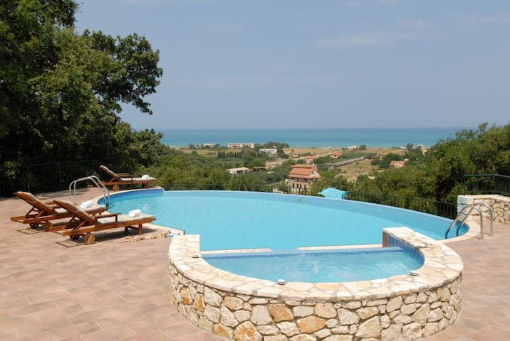 Luxurious villa with private pool & jacuzzi