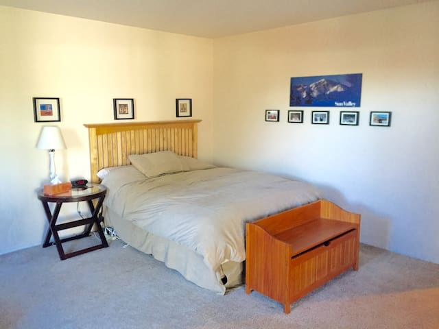 Large Apartment near Fremont, Wallingford and UW - Seattle - Apartment
