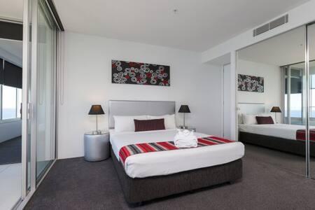 Q1 Resort - Three Bedroom Spa Apartment - Bedroom