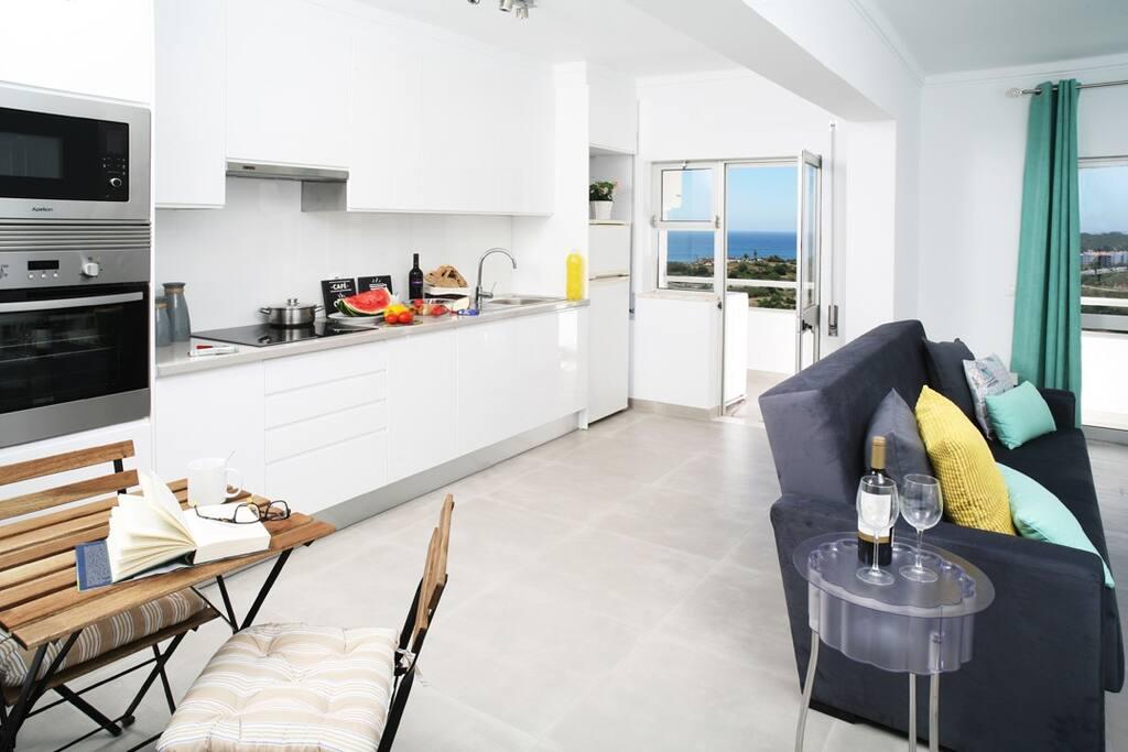 Cozinha equipada com placa, forno, micro-ondas, frigorifico, torradeira, varinha mágica e jarro aquecedor