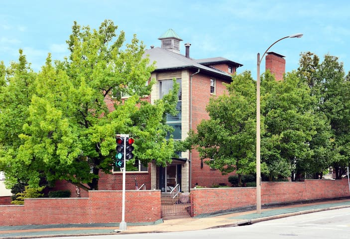 3,000 sqft Condo near The Hill and Forest Park 4bd - St Louis