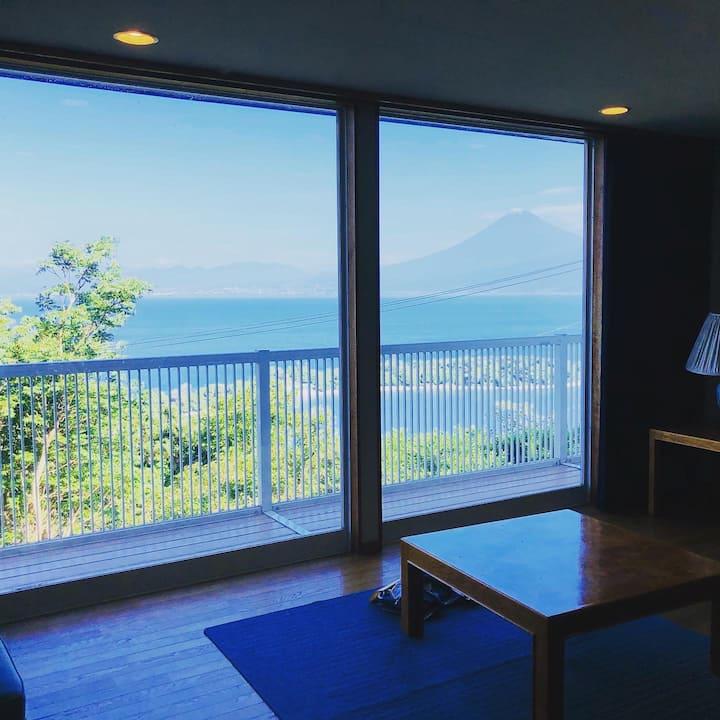 西伊豆のオーシャンビューのヴィラを1棟貸し。駿河湾と富士山の絶景で非日常を体験!家族友人とBBQを!