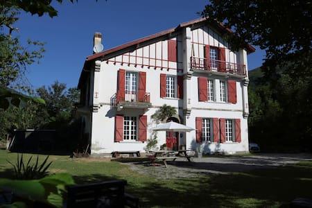 """Les Escapades d'Aurore -Chambre """"GNIOURE"""" - Perles-et-Castelet"""