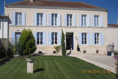 3 double bedrooms  on suite - Berneuil - Bed & Breakfast