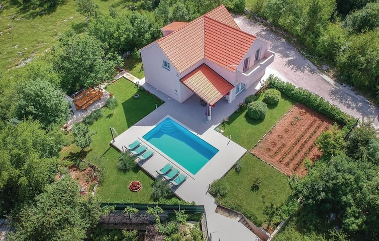 VILLA RADOŠEVIĆ by SPLIT-heated pool,jacuzzi,sauna