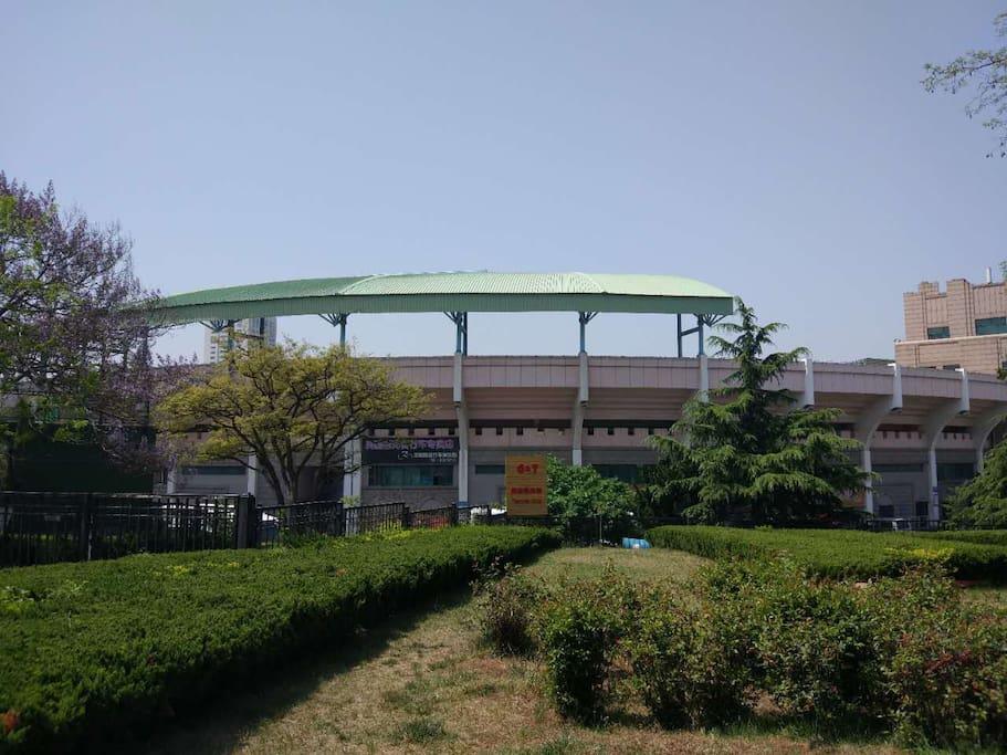 周边天泰体育场