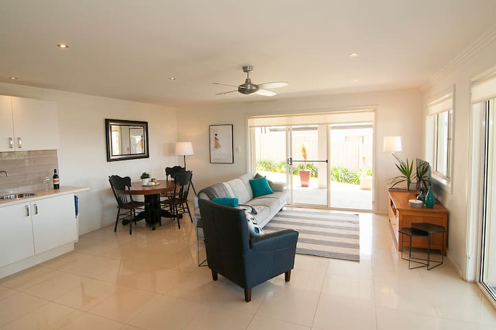 Couples Retreat in Kiama Heights - Kiama